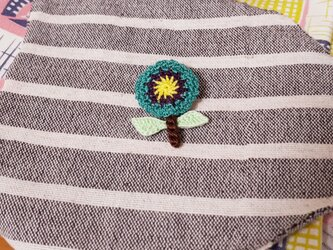 一輪の花ブローチの画像