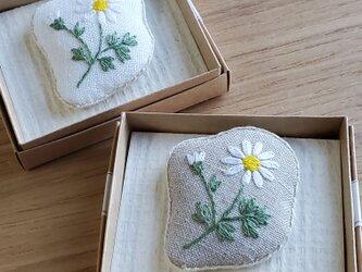 マーガレットの刺繍 ふっくらブローチの画像