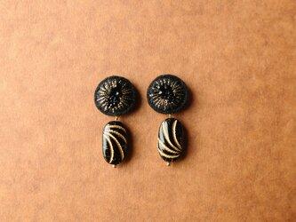 <titi~ナンデモナイヒノ耳飾~>刺繍イヤリング◎ブラック×ゴールドの画像