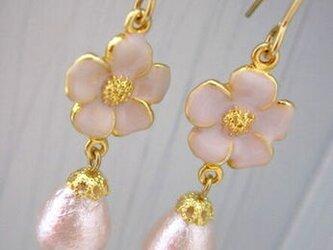 プチフラワーとコットンパールのピアス(5枚花弁・ピンク)の画像