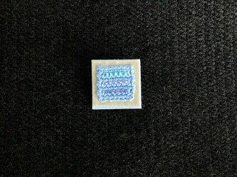 忘れな草色 ビーズ刺しゅうのスクエアブローチ(グレーと水色)の画像