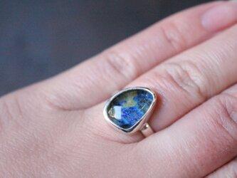 水晶とアジュライトのリングの画像