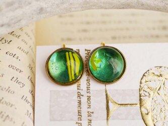 グリーン系ガラスのイヤリングの画像
