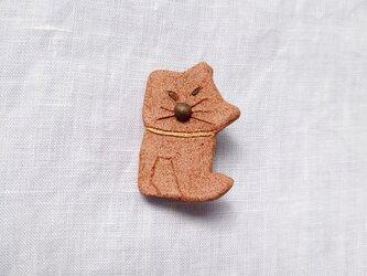 しゃくれ ねこ1(レンガ) 陶土ブローチの画像