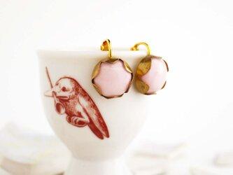 ミルクガラス風ピンクのイヤリングの画像