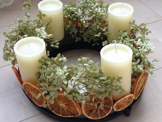 ペールグリーンの紫陽花とオレンジのアドベントクランツの画像