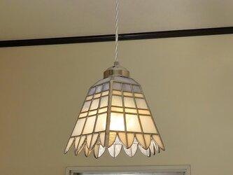 ブルー&ホワイトの格子模様にふち飾り(ステンドグラスペンダントライト)吊り下げ照明・ガラス Lサイズ・41の画像