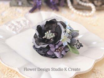 オリーブとモノトーンの布花のコサージュ  黒 入学式 卒業式 卒園式 懇親会 結婚式 フォーマルの画像