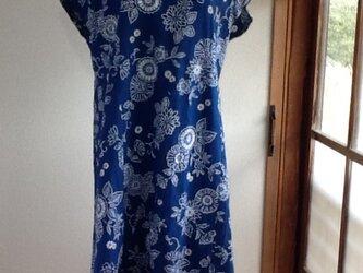 ブルーに白のお花模様のワンピースの画像