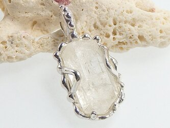 ~結晶を飾る~ フェナカイトの原石粒飾りペンダントの画像