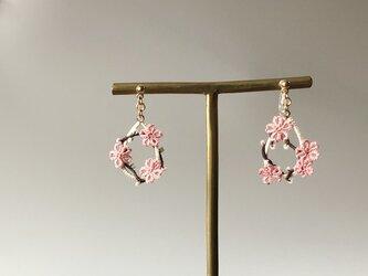 季節の花を身につけて〈初桜のノンホールピアス〉*タティングレース*の画像