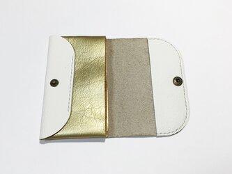 シュリンク牛革のカードケース(白×ゴールド)の画像