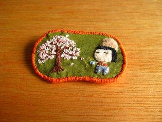 花咲かじいさん…?の女の子<布ブローチ(刺繍ブローチ)>の画像