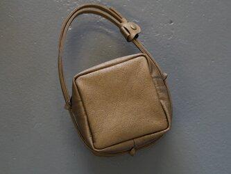 GOLDシュリンクレザーキューブポシェット◎内装キーホルダー付き:ポケット機能充実しています。の画像