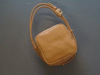 natural beigeレザーキューブポシェット◎内装キーホルダー付き:ポケット機能充実しています。の画像