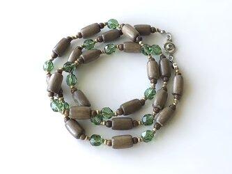 ウッドビーズと緑のビーズのネックレス /約55cm, ガラスビーズの画像