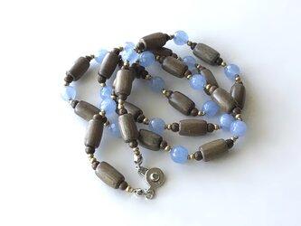 ウッドビーズと青いビーズのネックレス /クォーツァイト, 天然石の画像
