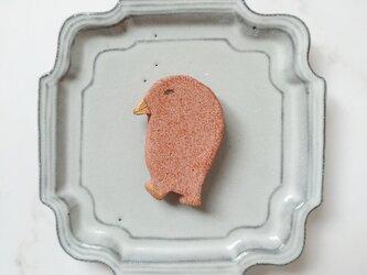とり4(サーモンピンク) 陶土ブローチの画像