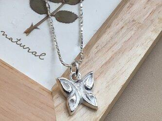 蝶のネックレスの画像