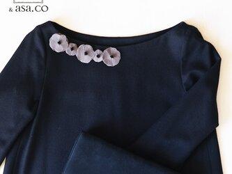 衿元を魅力的に 麻のブローチ〈 Romantic 〉Grayの画像