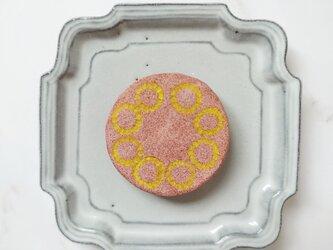 たんぽぽの輪1(イエロー×ピンク) 陶土ブローチの画像