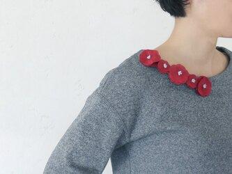 衿元を魅力的に 麻のブローチ〈 Romantic 〉Redの画像