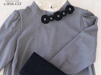 衿元を魅力的に 麻のブローチ〈 Romantic 〉Blackの画像