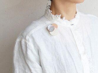 どんなお洋服にも似合う!シンプルフォルム 貝&牛革&麻のブローチ〈 Dots 〉Shellの画像