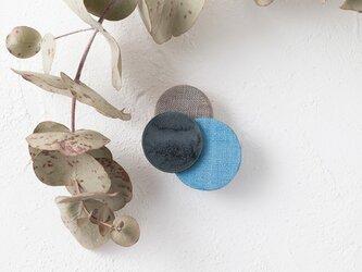 どんなお洋服にも似合う!シンプルフォルム 陶&麻のブローチ〈 Dots 〉Blueの画像