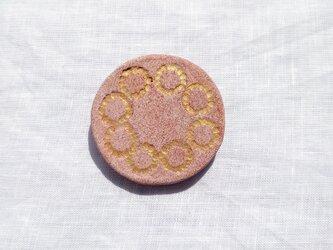 たんぽぽの輪2(ゴールド×ピンク) 陶土ブローチの画像