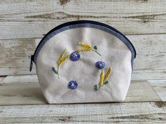 大人かわいい手刺繍お花のラウンドポーチ大きめサイズ 国産帆布 ミモザ 小物入れの画像