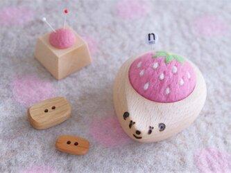ハリネズミの羊毛ピンクッション 【針山】白いちご strawberryの画像