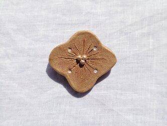 花ふわり3(マットゴールド) 陶土ブローチの画像