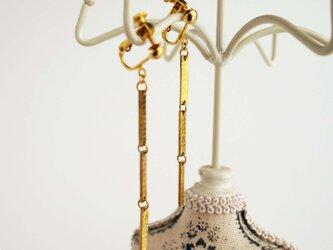 連結バーの真鍮製イヤリング(ピアス)の画像