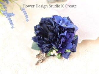 結婚式・卒業式・入学式に♡ネイビーのダリアとデルフィニュウムのコサージュ:B 卒業式 入学式 紺 ブルー 青の画像