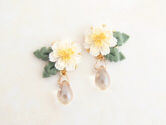 白花たんぽぽとお日様のイヤリング *つまみ細工*の画像