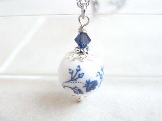 ネックレス 洋風の紺色フラワー柄陶器ビーズの画像