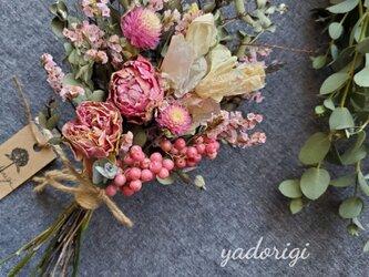 ''桜色スイトピーとアンティーク薔薇の春色スワッグ''の画像