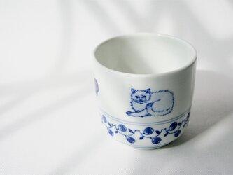くつろぎ猫の染付湯呑(しろねこ)の画像