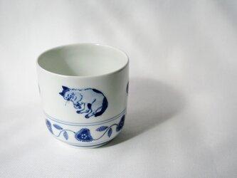 くつろぎ猫の染付湯呑(ぶちねこ)の画像