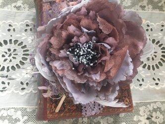 アンティークグレーと紫のシックなピオニーのコサージュの画像