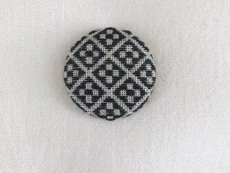 こぎん刺しのブローチ〈うろこ形×黒色〉3.8cmの画像
