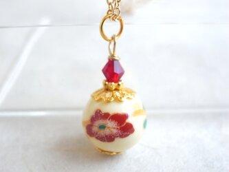 ネックレス 椿風のフラワーモチーフの陶器ビーズの画像
