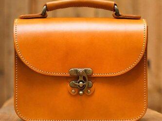 <送料無料 永久無料保証>蝶モチーフのアンティークなヌメ革2wayバッグ(キャメル)の画像