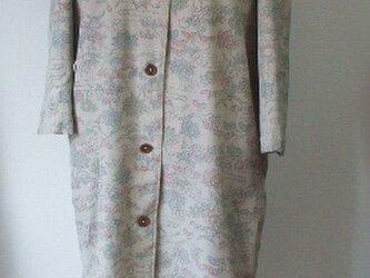春らしい白っぽい紬のフード付きコート 絹の画像