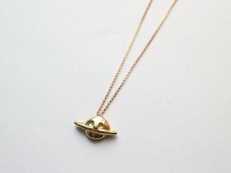 頬杖ついた土星のネックレスの画像