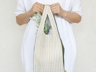 ちょっとそこまで、のお出かけに。シンプルで軽い!手織り麻のワンマイルバッグ size S「生成しま×深緑」の画像