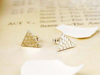 シルバーの三角形ピアスの画像