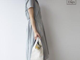 ちょっとそこまで、のお出かけに。シンプルで軽い!手織り麻のワンマイルバッグ size S「白×紺」の画像