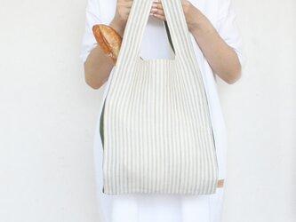ちょっとそこまで、のお出かけに。シンプルで軽い!手織り麻のワンマイルバッグ size L「生成しま×深緑(L1)」の画像